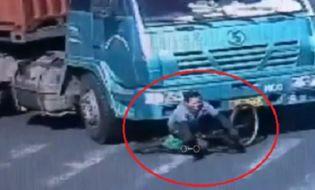 Đời sống - Video: Pha thoát chết thần kỳ dưới gầm xe container