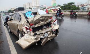 Tin trong nước - 3 ô tô tông liên hoàn trên cầu vượt Bình Lợi