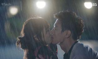 """Tin tức giải trí - Kim Rae Won tiết lộ nụ hôn dưới mưa trong """"Doctors"""" là một sai lầm"""