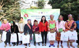 Kinh doanh - Tâm Bình tặng quà Tết và khám chữa bệnh miễn phí cho người nghèo