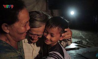 Kinh doanh - Cậu bé thắp đèn dầu miệt mài học chữ giữa Sài Gòn hoa lệ