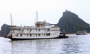 Tin trong nước - Tàu chở 45 khách nước ngoài bục đáy trên vịnh Hạ Long