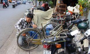 Gia đình - Tình yêu - Cảm phục anh thợ sửa xe 12 năm tặng gần 200 xe đạp cho học sinh nghèo