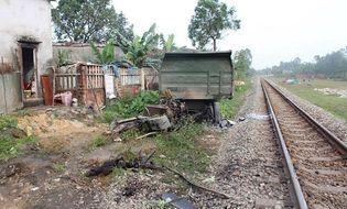Tin trong nước - Xe tải đứt đôi sau tai nạn với tàu hỏa, tài xế bị thương nặng
