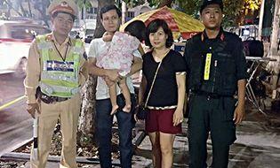 Sống đẹp - Cảnh sát tìm thấy bé gái 2 tuổi bị lạc khi xem múa lân trên phố đi bộ