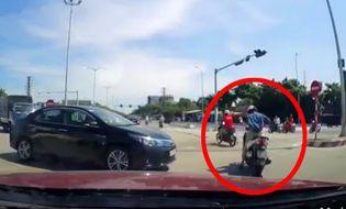 Video-Hot - Cô gái chỉnh váy giữa đường khiến giao thông tắc nghẽn