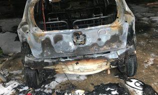 Tin trong nước - Xế hộp bất ngờ bốc cháy dữ dội trong bãi giữ xe