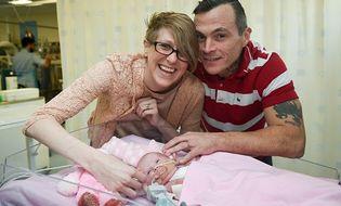 Tin thế giới - Em bé sinh ra với trái tim bên ngoài cơ thể sống sót kỳ diệu ở Anh