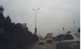 Tin trong nước - Video: Xế hộp lấn làn, ép xe máy ngã văng vào thanh chắn đường