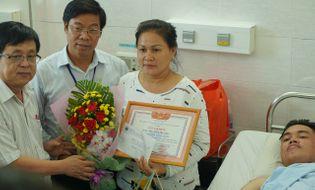Chuyện học đường - Sinh viên trường ĐH Công nghiệp Thực phẩm TPHCM được trao tặng giấy khen khi tham gia bắt cướp
