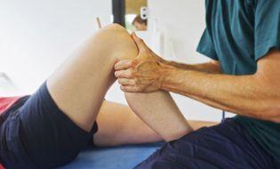 Sức khoẻ - Làm đẹp - Vì sao ngồi điều hòa thường xuyên gây đau khớp gối?
