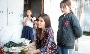 Tin tức giải trí - Minh Tú mang cái Tết kỳ diệu cho 4 bà cháu nhà nghèo tại Đồng Tháp
