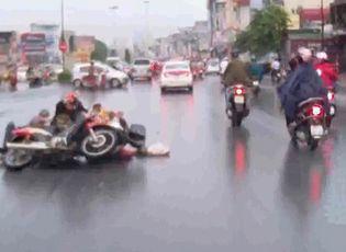 Clip: Hai xe máy đấu đầu vì không ai nghĩ mình sai