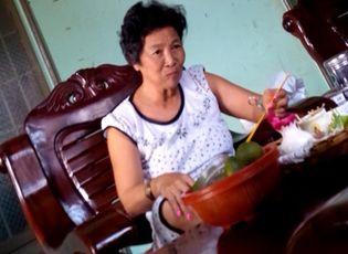 """Xã hội - """"Làng xem bói"""" Tây Ninh: Vừa lên đồng, vừa xem tivi và ăn nhậu"""