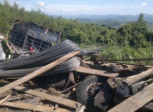 Tin trong nước - Lật xe tải chở sắt thép, 3 người tử vong