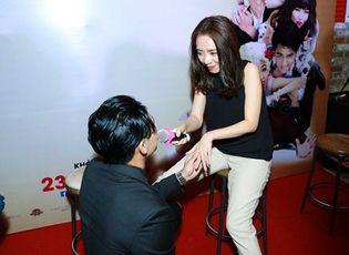 Tin tức giải trí - Sau Lê Khánh, Hữu Vi lại quỳ gối tỏ tình với Thu Trang