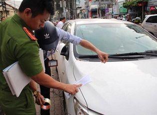 Tin trong nước - Đỗ trên vỉa hè Sài Gòn, xe biển xanh 80B bị cẩu về trụ sở công an