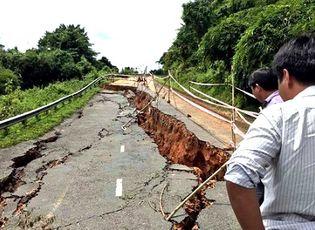 Tin tức - Quốc lộ 28B bị sụt lún nghiêm trọng sau mưa lớn