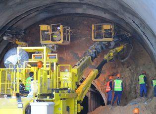 Tin tức - Vết nứt xuất hiện dày đặc trong hầm Hải Vân: Có đáng lo ngại?
