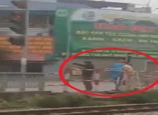 Hai thanh niên bị phạt đứng điều hành giao thông vì vượt đèn đỏ