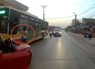 Clip tài xế lái Audi mui trần chặn đầu, đánh người lái xe buýt