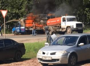 Video: Xe chở hàng hiệu bốc cháy, xe hút bể phốt đi ngang thành