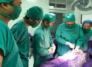 Y tế - Cháu bé sinh ra đã có u quái được bác sĩ phẫu thuật thế nào?