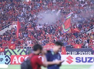 Tin tức - Trận Việt Nam- Malaysia: CĐV đốt pháo sáng bên ngoài sân Mỹ Đình sau bàn thắng của Công Phượng