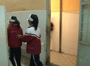 Xã hội - Quá tải nhà vệ sinh: 200 học sinh chung 1 bồn cầu