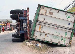 Tin trong nước - Hiện trường vụ lật xe container làm 3 người chết: Ám ảnh cảnh các nạn nhân nằm dưới thùng xe