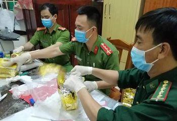 Pháp luật - Khám nhà các nghi phạm trong vụ bắt giữ gần 1 tấn ma túy đá ở Nghệ An