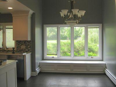 Ý tưởng thiết kế ghế bên cửa sổ: Tối giản nhưng tiện ích lớn - ảnh 1