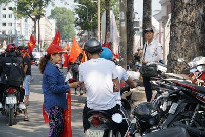 Hàng trăm bạn trẻ Sài Gòn ngồi hàng giờ dưới nắng nóng chờ giao lưu với đội tuyển U23 - ảnh 1