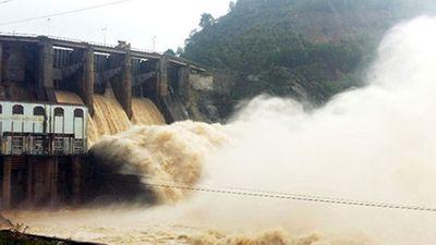 Hồ thuỷ điện Tuyên Quang, Hoà Bình, Sơn La liên tiếp xả lũ - ảnh 1
