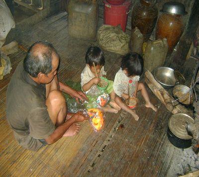 Túng quẫn, vợ chồng trẻ ăn lá ngón tự vẫn, bốn con nhỏ bơ vơ - Ảnh 1