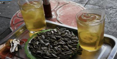 250 nghìn đồng 1 đĩa hướng dương, 50 nghìn 1 cốc trà chanh  trên cầu Long Biên - Ảnh 1