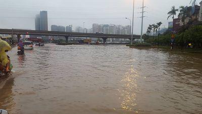Nhiều tuyến đường Hà Nội bị ngập sau trận mưa dài - ảnh 1