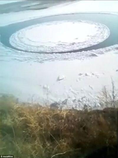 Khách du lịch đổ xô chiêm ngưỡng đĩa băng khổng lồ xuất hiện giữa sông - ảnh 1