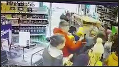 """Ireland: Người dân đổ xô đi mua thực phẩm dự trữ vì sợ """"Quái vật phương Đông"""" - ảnh 1"""