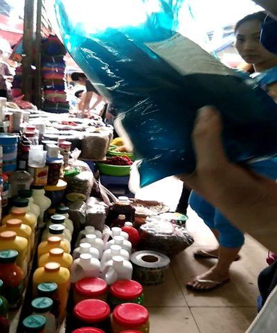 Vạch mặt thủ đoạn dùng nguyên liệu trà sữa giá rẻ bán cho người dùng - ảnh 1