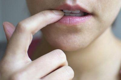 Nguy cơ bị hôi miệng, mẻ răng, mọc mụn, nhiễm trùng chỉ vì cắn móng tay - ảnh 1
