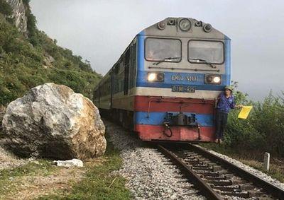 Quảng Bình: Đường sắt Bắc - Nam ách tắc do lở núi đá - ảnh 1