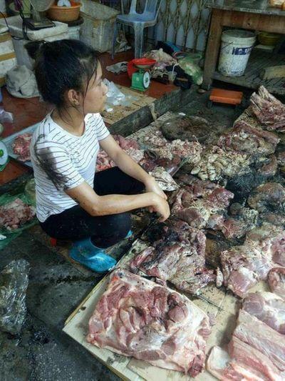 Vụ hất dầu luyn vào thịt lợn: Có thể khởi tố Tội hủy hoại tài sản? - ảnh 1
