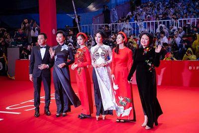 """Áo dài """"Cô Ba Sài Gòn"""" tung bay trên thảm đỏ LHP Quốc tế Busan - ảnh 1"""