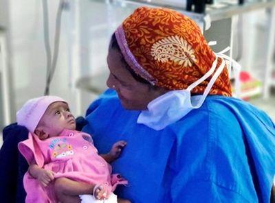 Kỳ diệu bé gái sinh non ở tuần 28, chỉ bằng một gang tay vẫn sống sót - ảnh 1