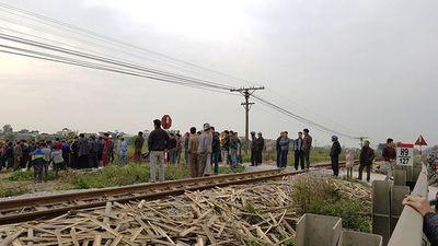 Nam Định: Hai người đi xe máy bị tàu hỏa đâm tử vong - ảnh 1