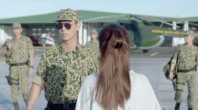 Hậu duệ Mặt Trời tập 5-6: Song Luân cực ngầu trong cảnh gặp lại ở sân bay - ảnh 1