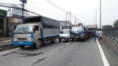 4 xe tải tông liên hoàn trên quốc lộ, tài xế và phụ xe kêu cứu - ảnh 1
