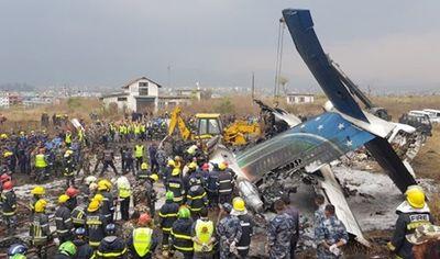 Hiện trường cháy đen vụ máy bay rơi ở Nepal khiến ít nhất 50 người thiệt mạng - ảnh 1