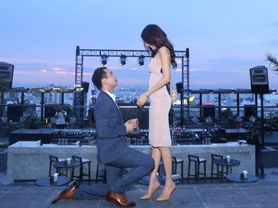 Video: Lan Khuê bật khóc khi được bạn trai đại gia quỳ gối cầu hôn trên sân thượng - ảnh 1